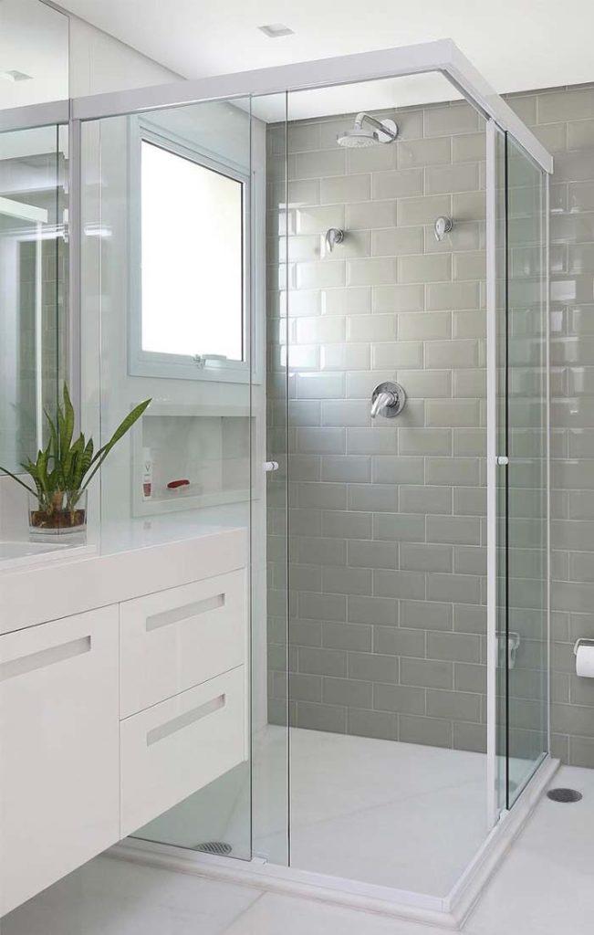 Banheiro pequeno com piso de mármore thassos.