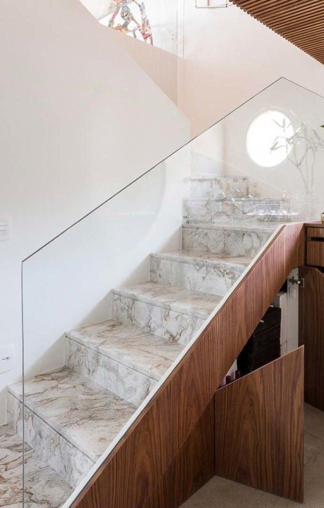 Escada revestida de mármore paraná.