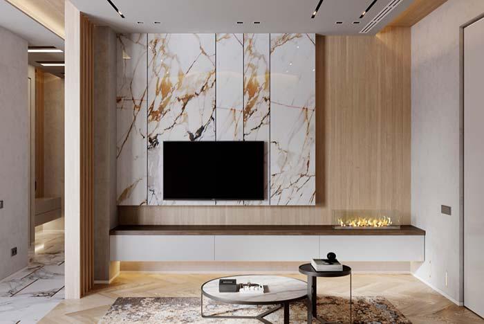 Sala luxuosa com painel de mármore e madeira.