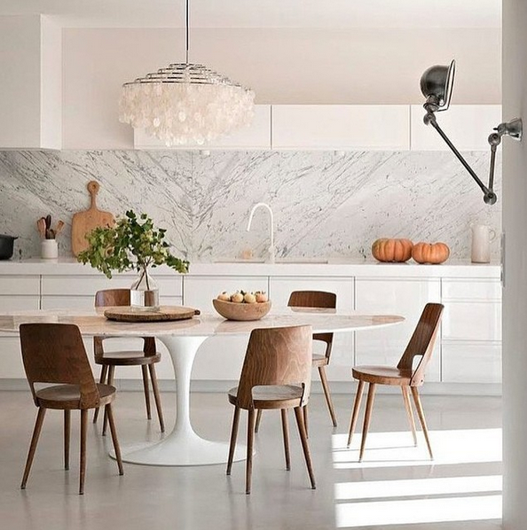 Cozinha aberta luxuosa com revestimento de mármore carrara.