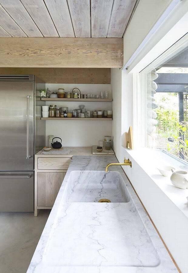Cozinha com pia esculpida em mármore.