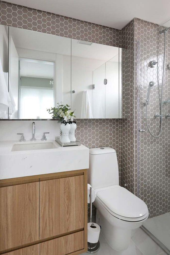 Banheiro pequeno branco com pia esculpida.