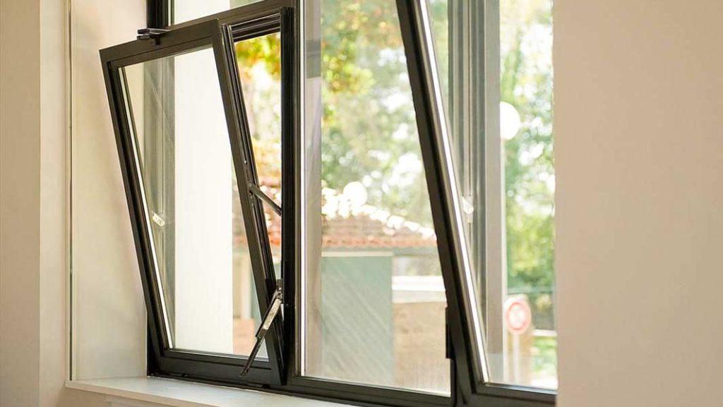 Modelos de janelas de tombar com esquadria preta.