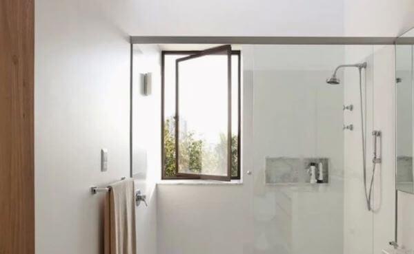 Modelos de janelas pivotante no banheiro.