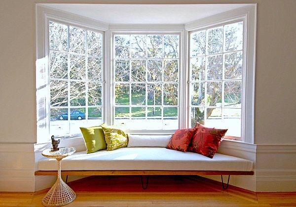 Modelos de janelas bay window com banco estofado.