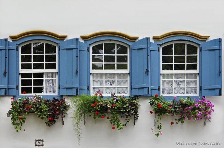 Modelos de janelas coloniais azul e branca.
