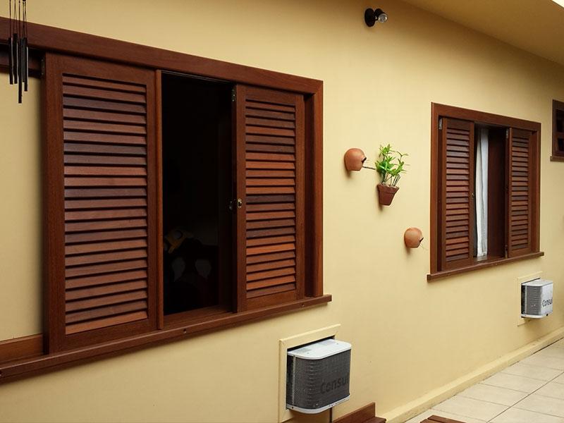 Modelos de janelas venezianas de madeira.