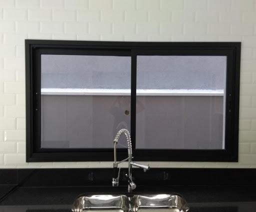 Modelos de janelas de correr com esquadria preta.