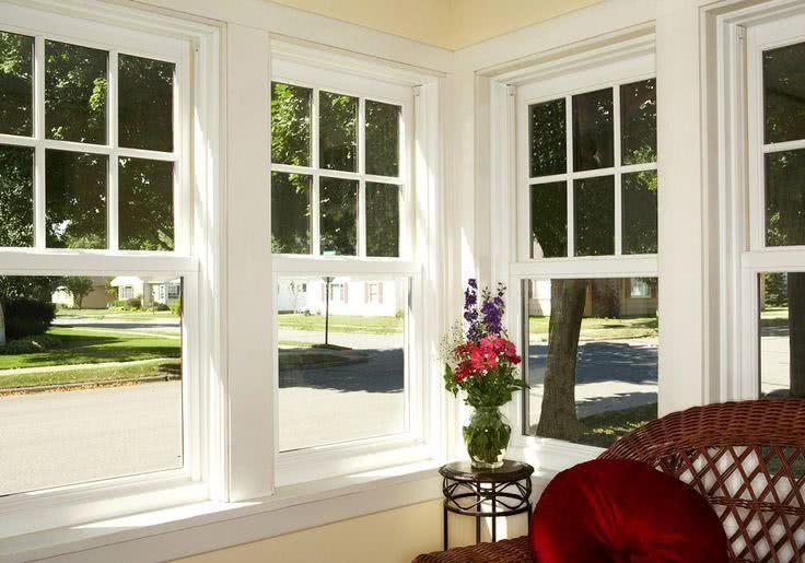 Modelos de janelas tipo guilhotina com esquadria branca.