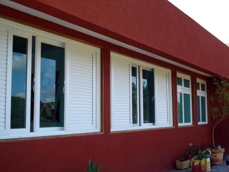 Modelos de janelas venezianas com esquadria branca.