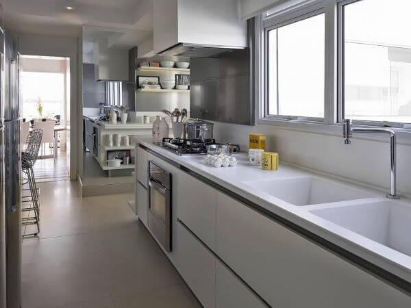 Cozinha pequena com bancada de granito.