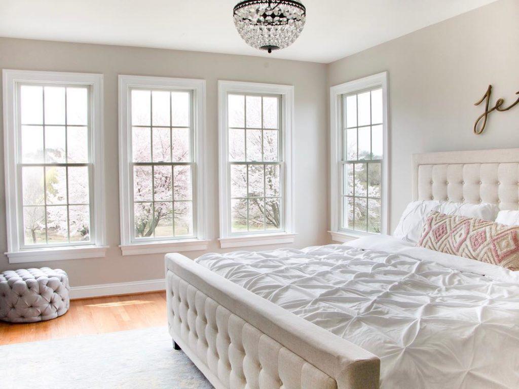 Quarto branco luxuoso com janela guilhotina.