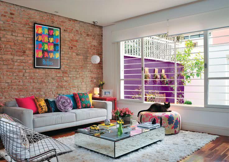 Sala moderna com parede de tijolinho aparentes.