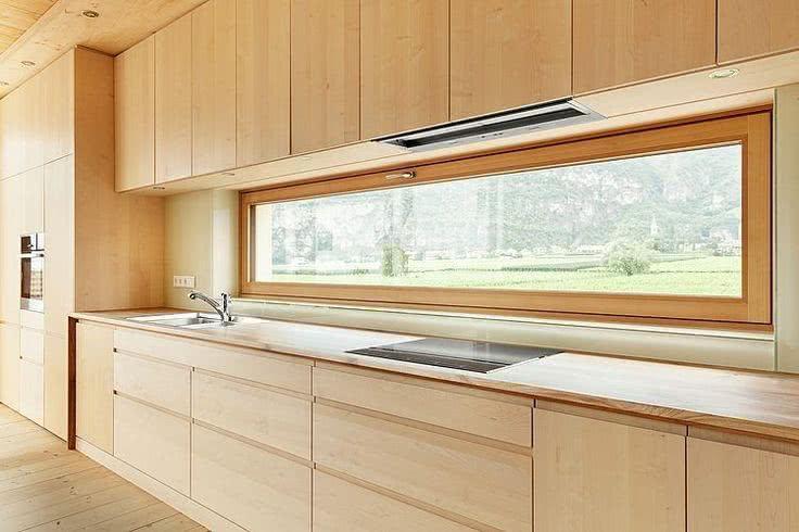 Cozinha moderna e minimalista com janela de tombar.