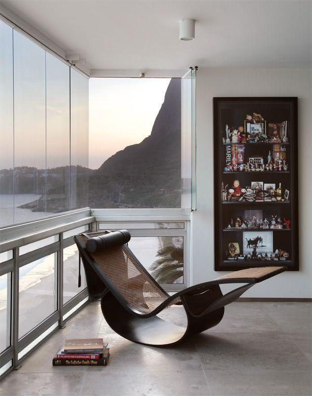 Sala com janela sanfonada de vidro.
