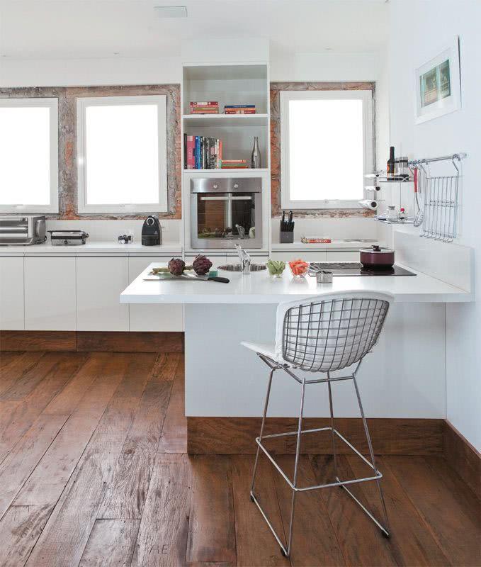 Cozinha moderna com piso de madeira.