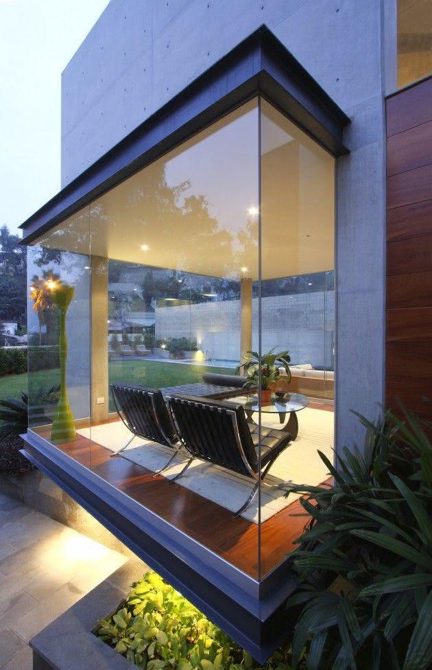 Sala com janela fixa de vidro.