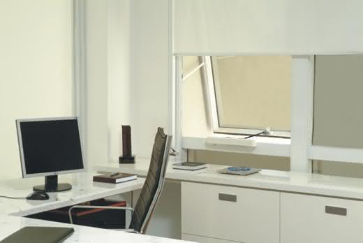 Escritório com decoração branca e simples.