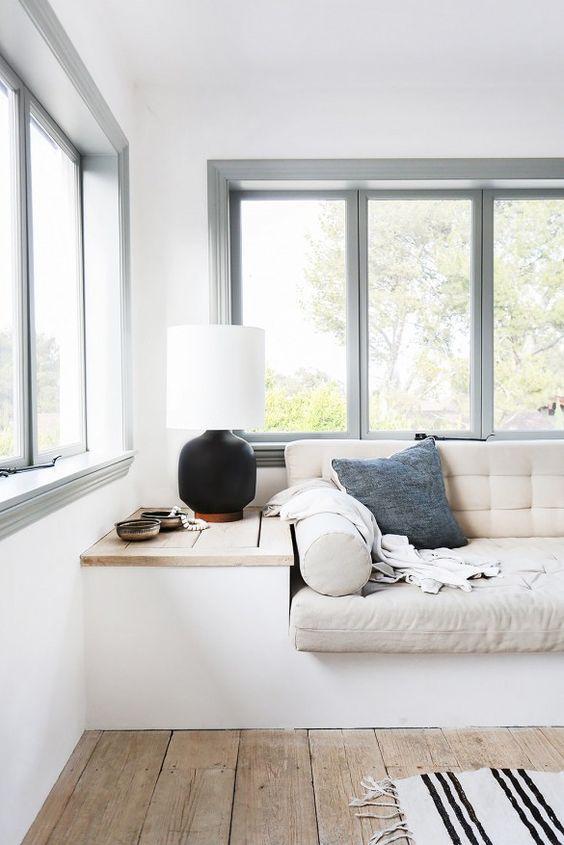 Sala simples com janela projetante.