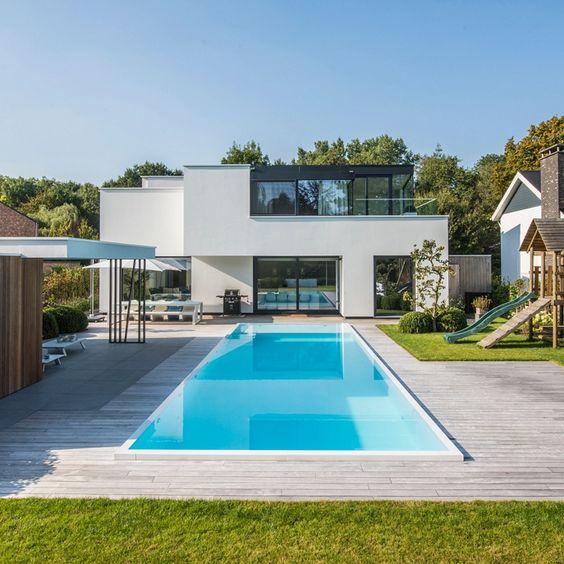 Casa com escorregador, área de lazer e piscina de fibra.