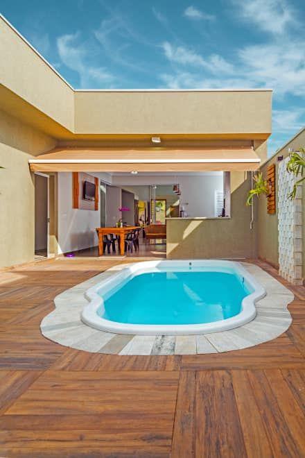 Área de lazer com piscina.