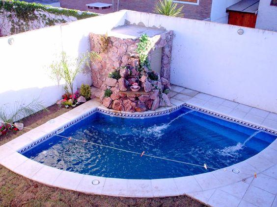 Quintal com piscina decorada.