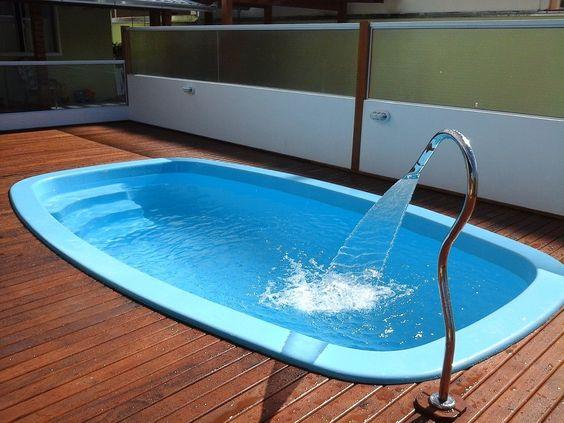 Grande fonte com jato na piscina.