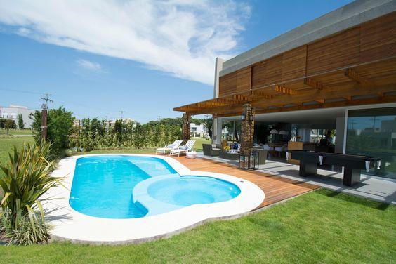 Grande área de lazer com piscina gourmet e varanda.