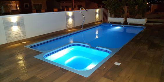 Quintal com piscina pequena quadrada.