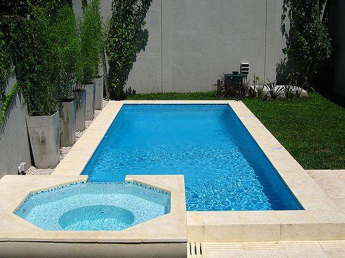 Duas piscinas: uma em octógono e outra retangular.