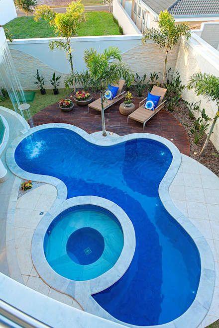 Quintal com duas piscinas integradas.