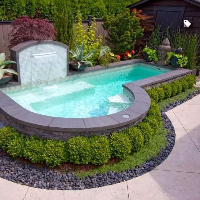 Piscina pequena com fonte e jardim oriental.