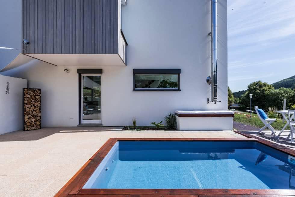 Área externa com piscina pequena.