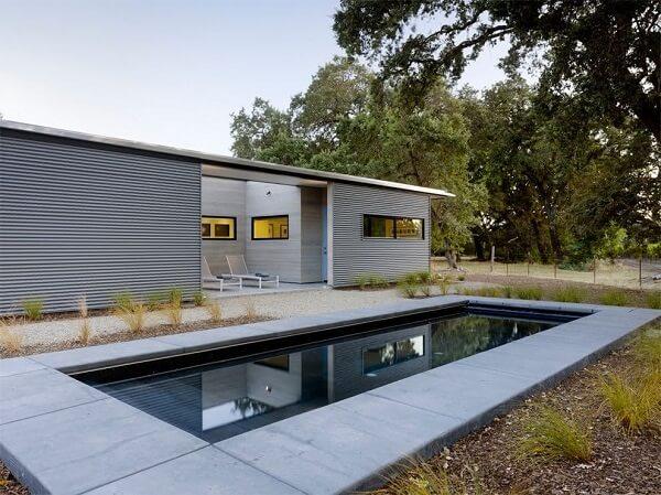 Casa moderna com piscina pequena.