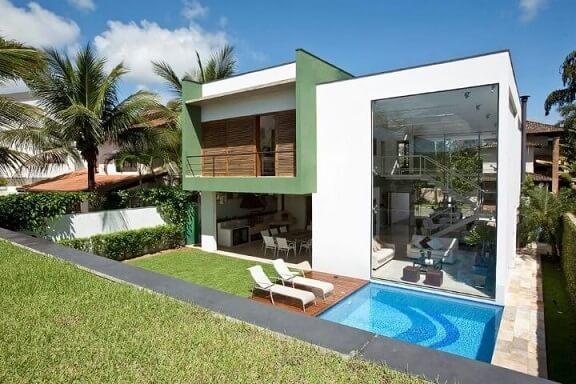 Casa moderna com janela fixa transparente e mezanino.