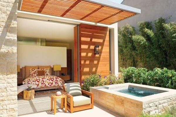 Quarto moderno com piscina pequena.