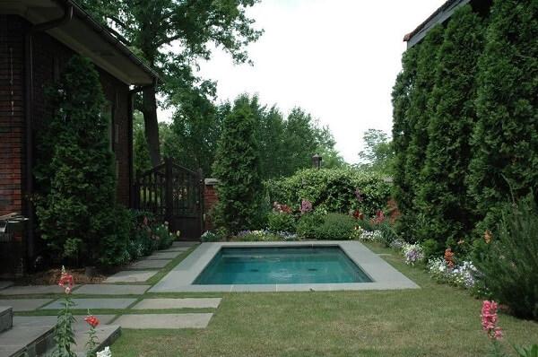 Jardim com piscina pequena.