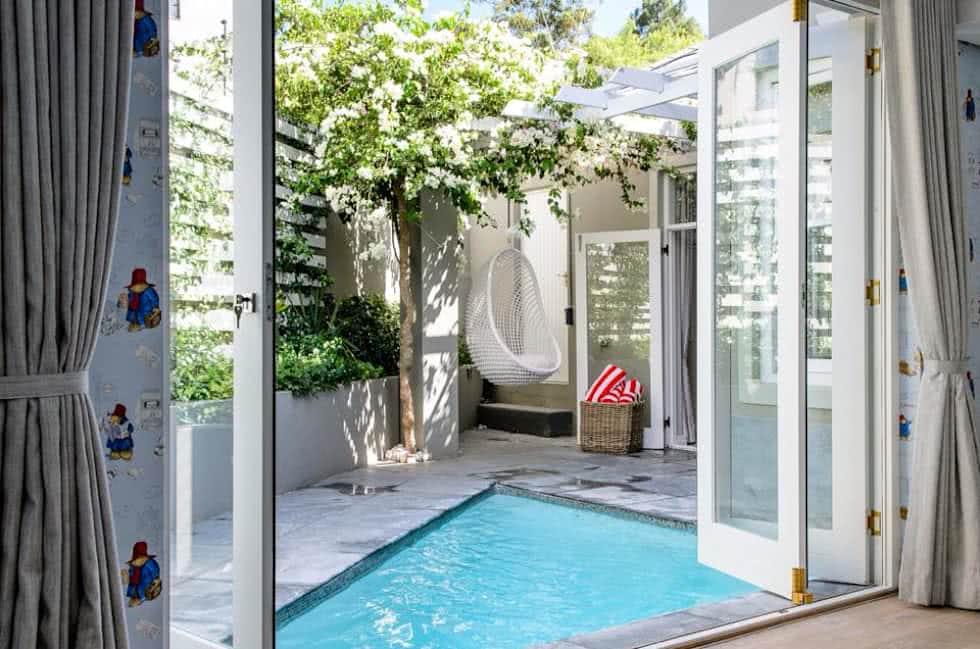 Terraço com piscina pequena triangular.