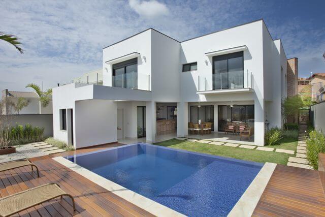 Casa moderna com dois andares e área de lazer.