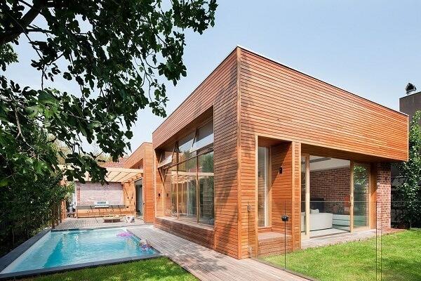 Casa moderna com revestimento de madeira.