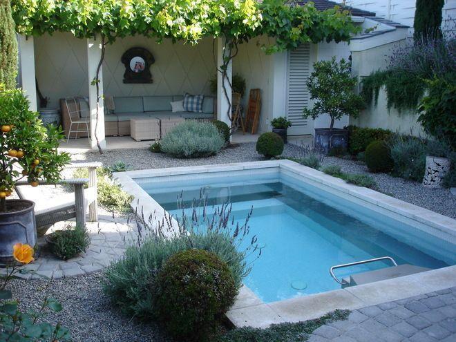 Área externa com sofá e piscina pequena.