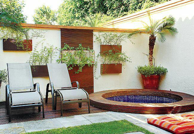 Área externa com piscina redonda.