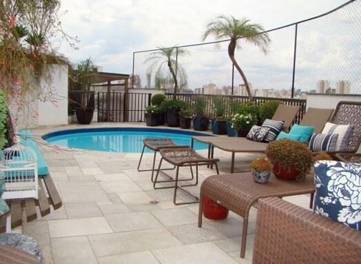 Área externa com piscina pequena redonda.