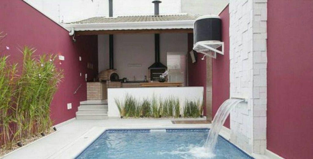 Área gourmet com churrasqueira e área para banho.