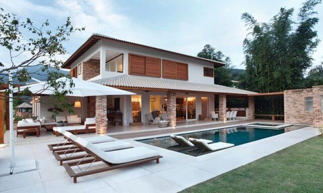 Casa de dois andares com área gourmet e espaço externo de lazer.
