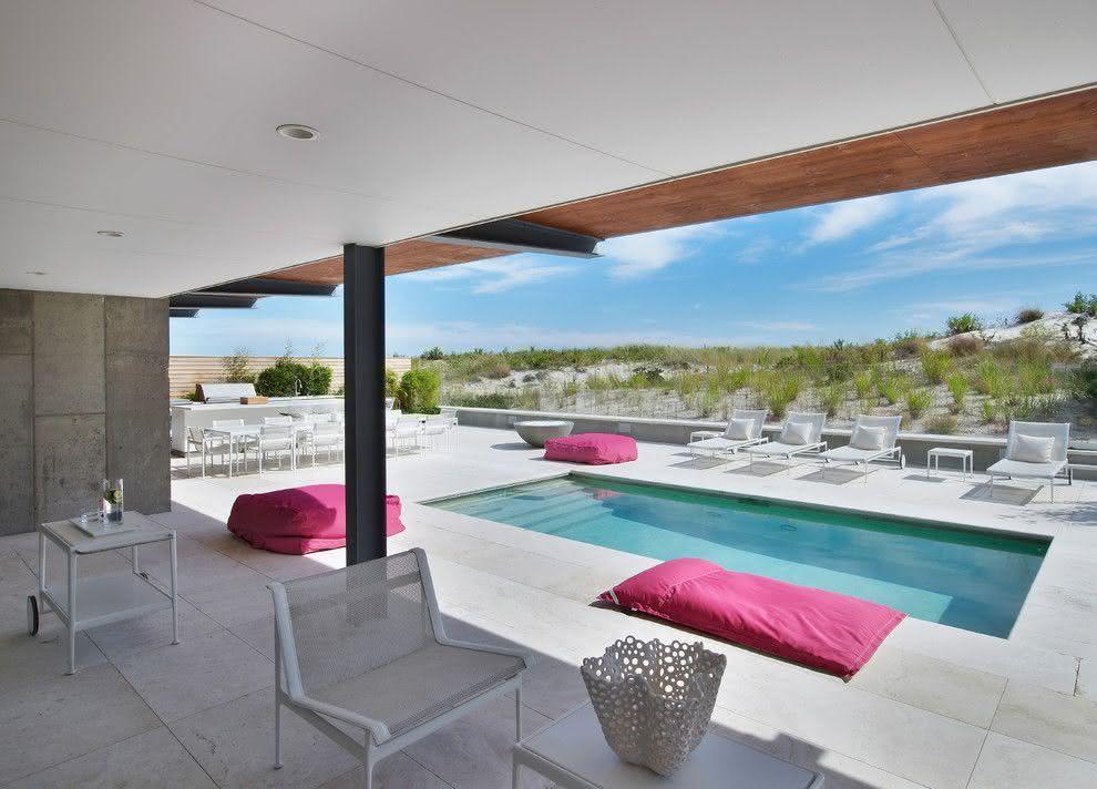 Área externa moderna com piscina pequena.