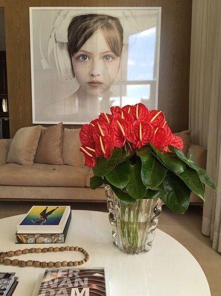 Vaso com flores na mesa de centro da sala.