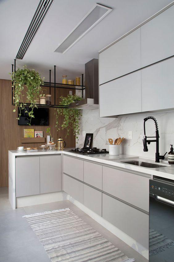 Cozinha com plantas para dentro de casa suspensas.