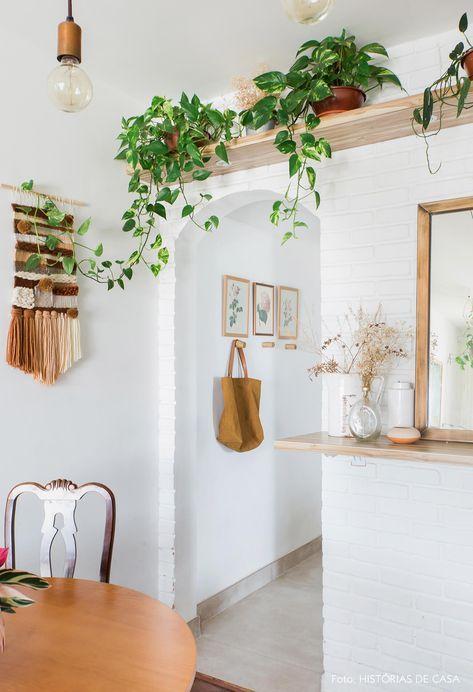 Prateleira alta na sala de jantar com plantas para dentro de casa.