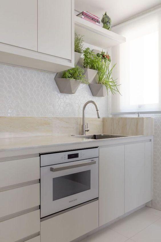 Cozinha com hortaliças na parede.